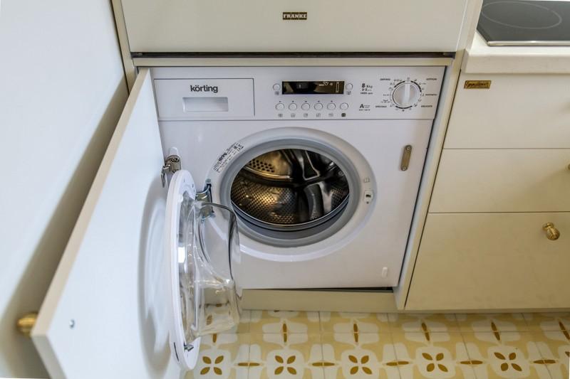 Открытый люк стиральной машины встраиваемого типа
