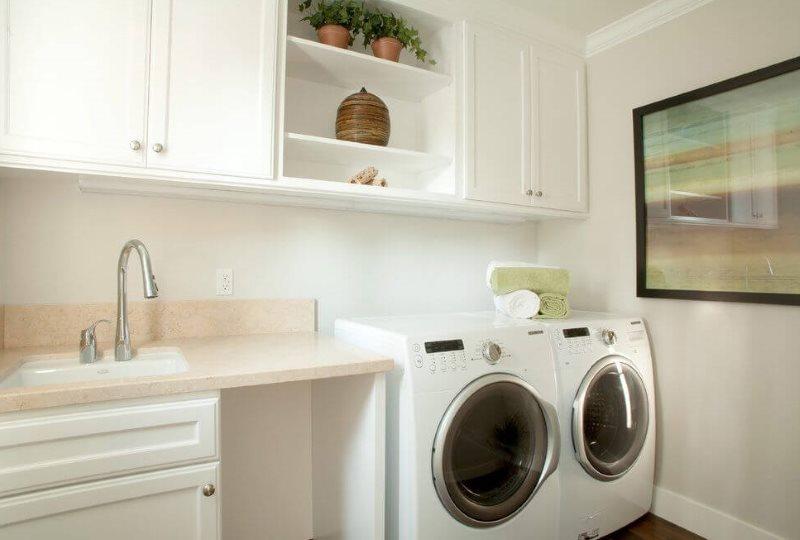 Место для стиральной машинки в углу кухни городской квартиры