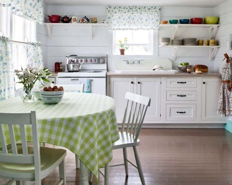 Клетчатая скатерть на кухне с белыми полками