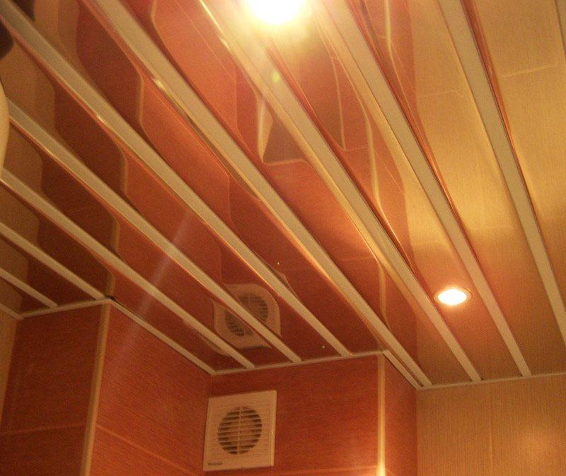 Фото открытого реечного потолка со вставками из пластика