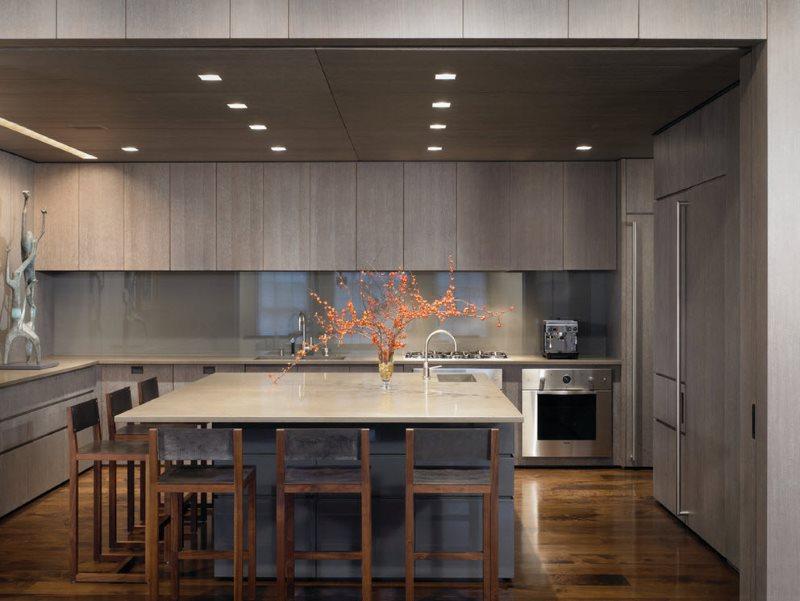 Комбинированный остров в кухне с П-образным гарнитуром