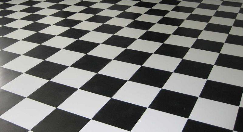 Палубная укладка черно-белой плитки
