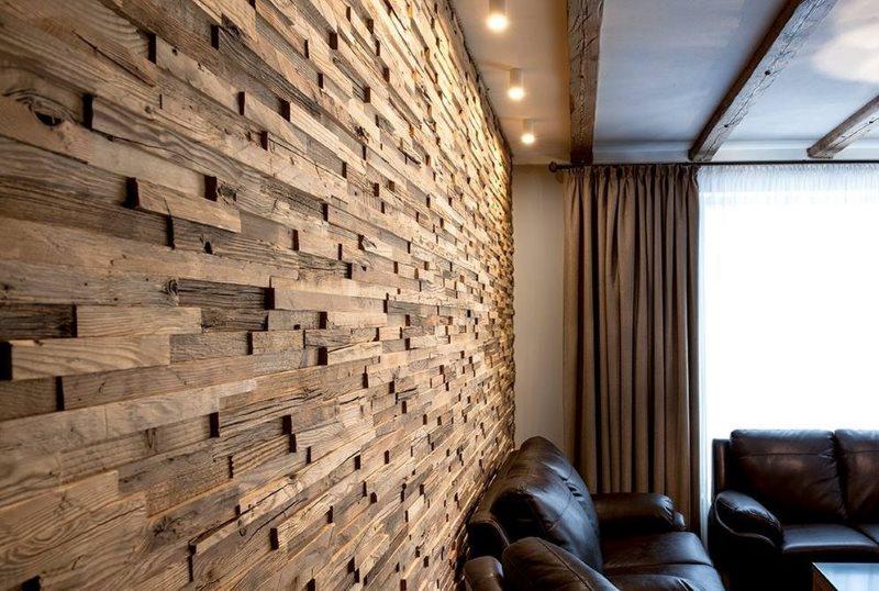 Отделка стены кухни-гостиной панелями из массива дерева