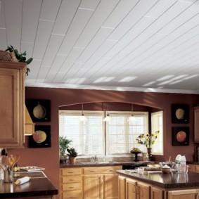 Светлые панели на потолке кухни