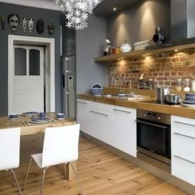 Деревянный пол в кухне с линейным гарнитуром