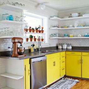 Открытые полки на кухне в сельском доме