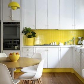 Желтый фартук и белый гарнитур