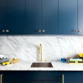 Темно-синие фасады кухонного гарнитура