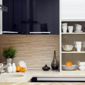 Белая посуда на полках в кухонном шкафу