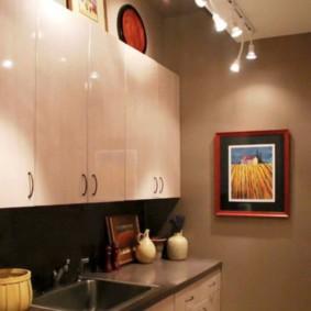 Декор картинами интерьера кухни