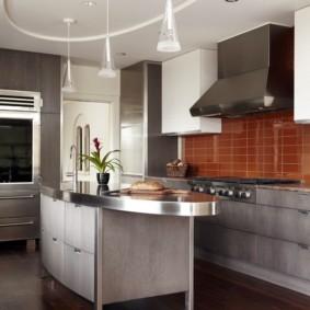 Кухонный остров с металлической столешницей
