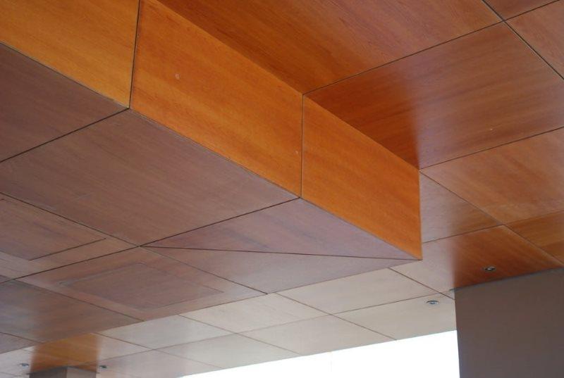 Отделка потолка кухни квадратными МДФ-панелями