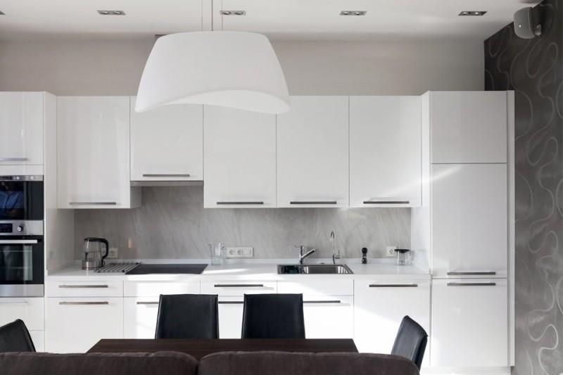 Серый фартук из мдф -панелей на кухне с белым гарнитуром