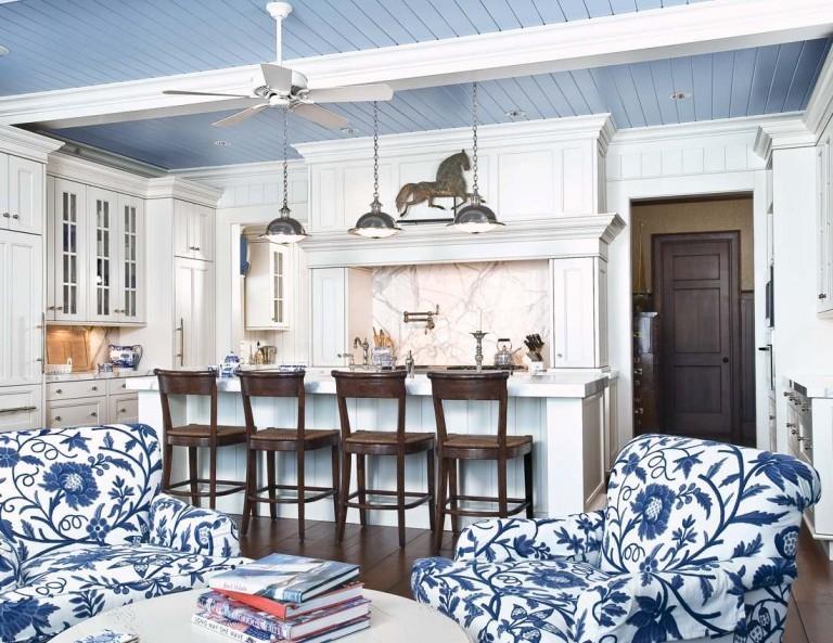 Голубые ПВХ-панели на потолке кухни-гостиной