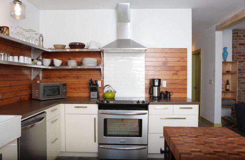 Деревянные панели на белой стене кухни
