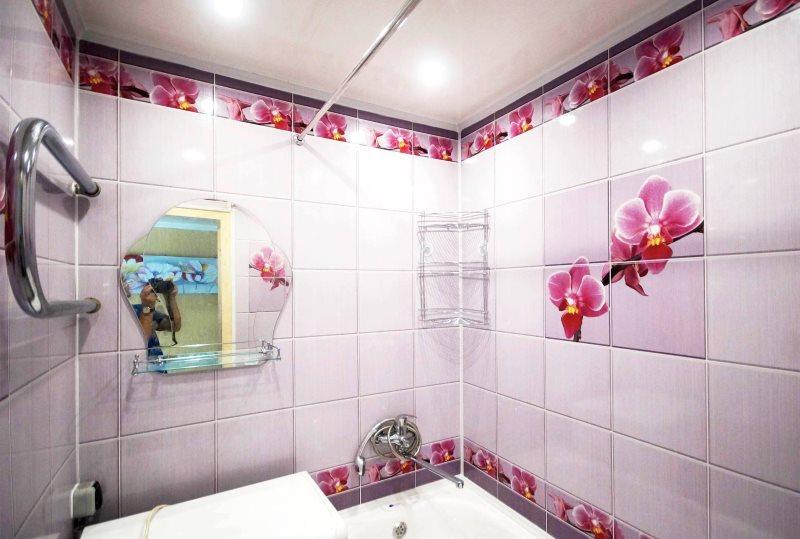 Светлые панели с рисунком в ванной панельного дома