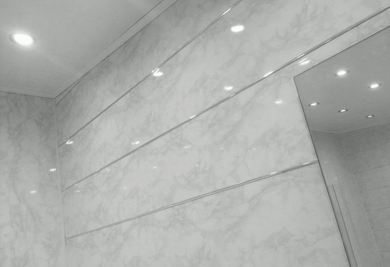 Горизонтальная обшивка стен ванной ПВХ-панелями