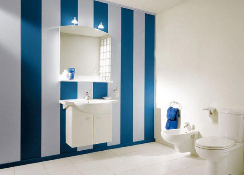 Чередование синих и белых пластиковых панелей в интерьере ванной