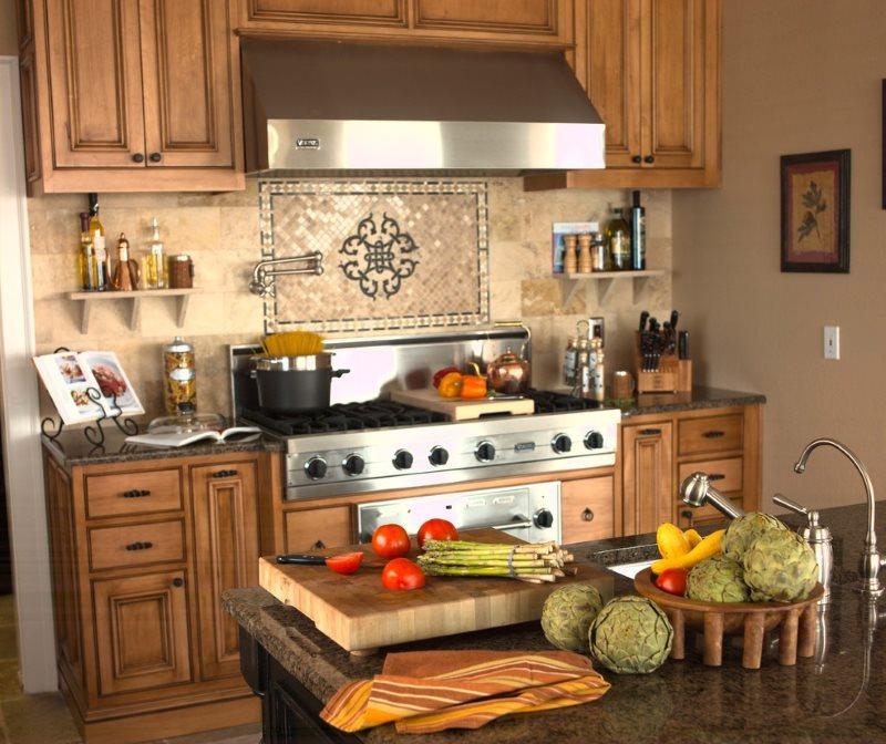 Кафельное панно в зоне готовки современной кухни