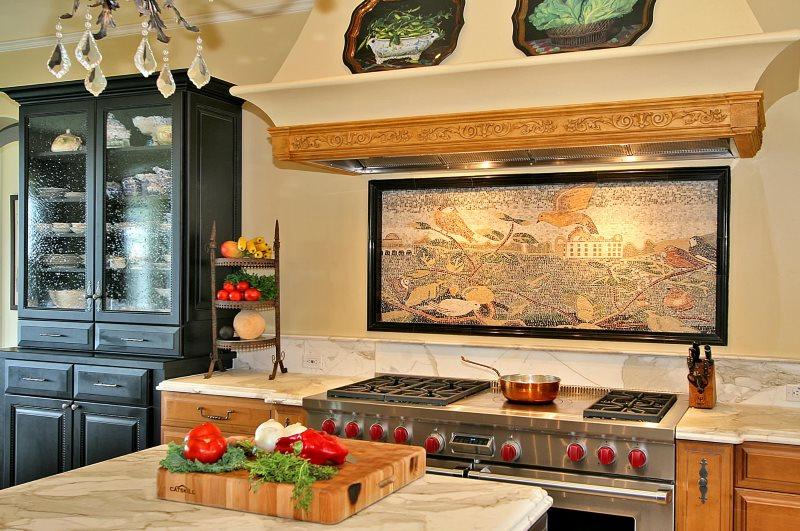 Панно с пейзажем над плитой в кухне частного дома