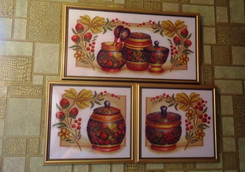 Панно из вышитых картин в интерьере кухни