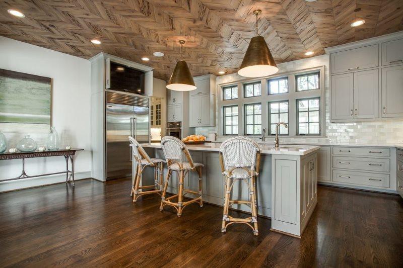 Кухня частного дома с паркетным потолком