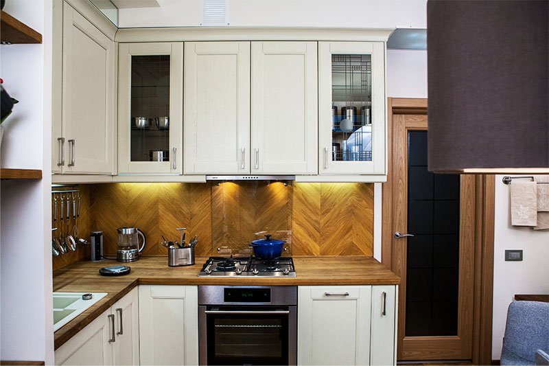 Паркетный рисунок на кухонном фартуке
