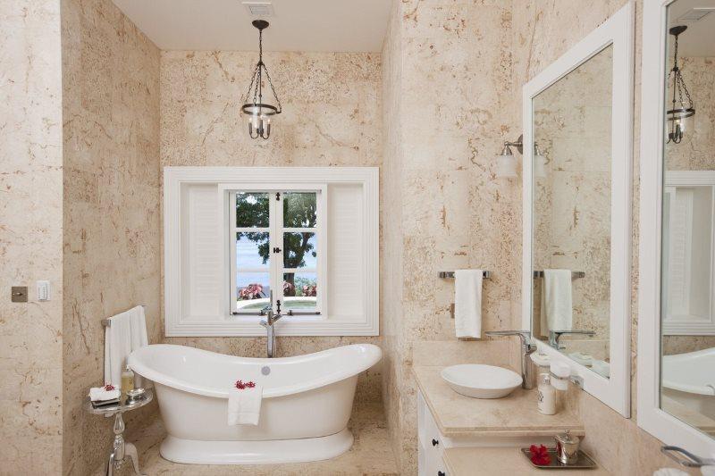 Отделка стен ванной в пастельных тонах