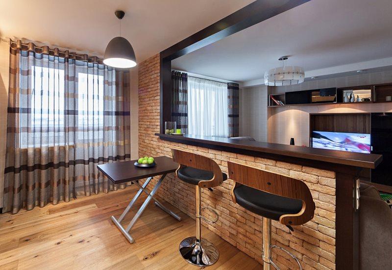 Кирпичная барная стойка между гостиной и кухней
