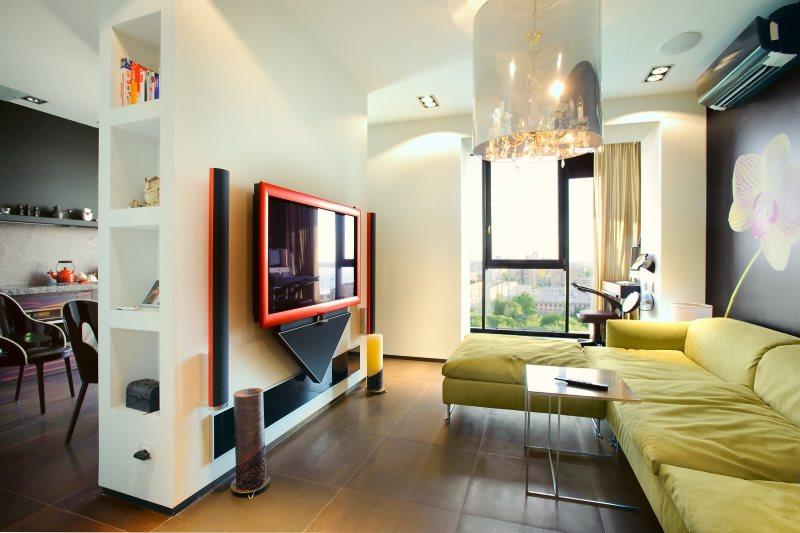Телевизор на гипсокартоной перегородке в кухне-гостиной