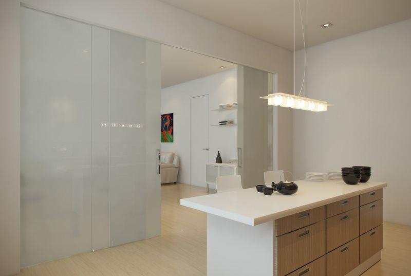 Белая перегородка из пластика в кухне-гостиной