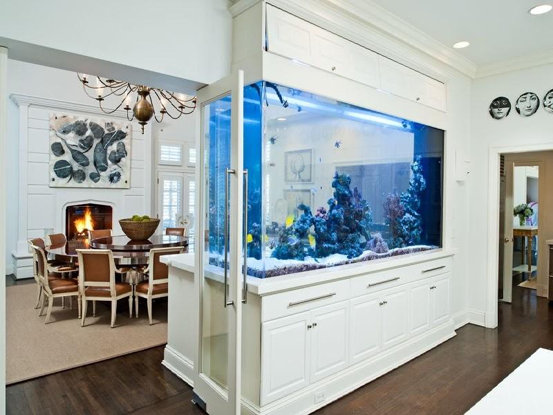 Большой аквариум в перегородке между кухней и столовой