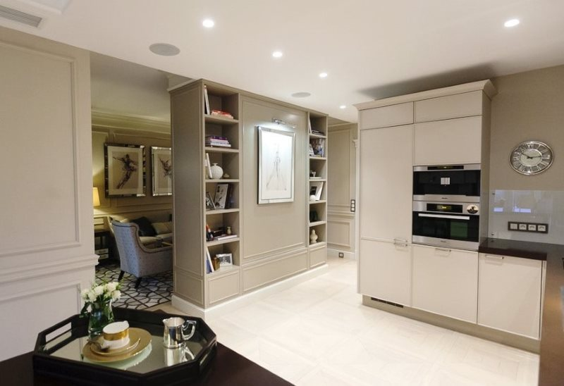 Перегородка с полками в кухне-гостиной