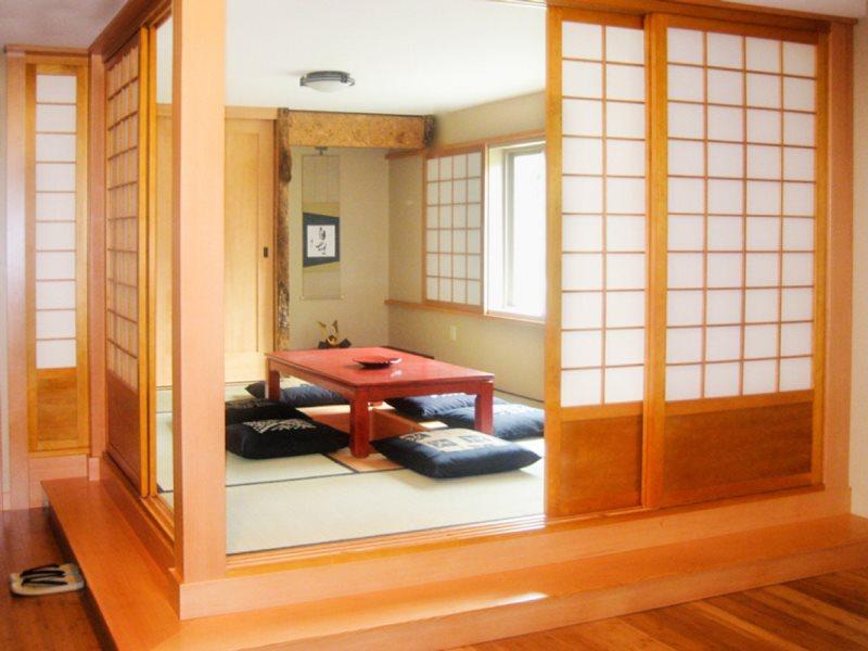 Раздвижная перегородка седзи в кухне-гостиной японского стиля
