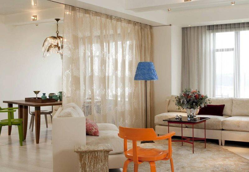 Легкая штора на границе кухни и гостиной