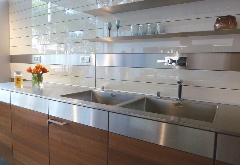 Горизонтально расположенные панели над кухонной мойкой