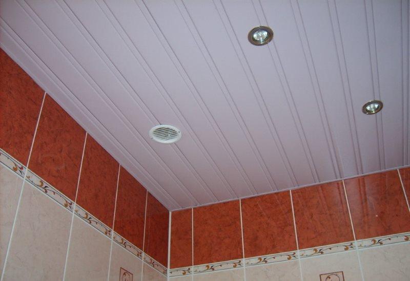 Точечные светильники на поверхности реечного потолка из пластика