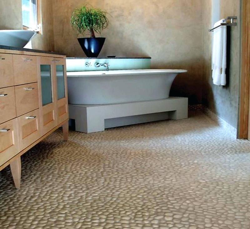 Каменная галька на полу ванной комнаты