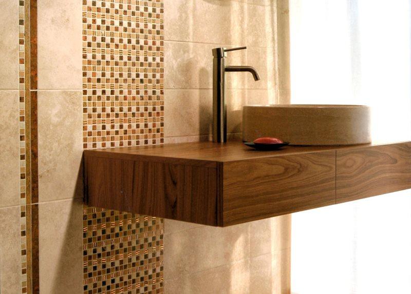 Комбинация стеклянной мозаики и керамической плитки