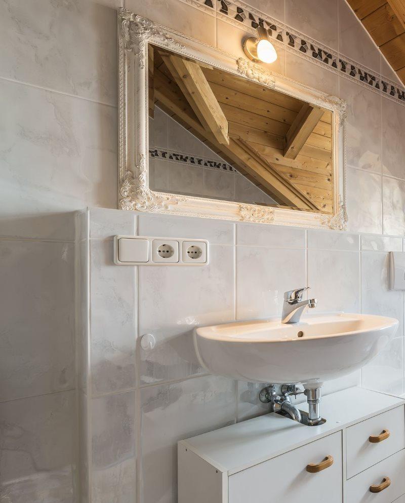 Отделка керамической плиткой стен туалета в загородном доме