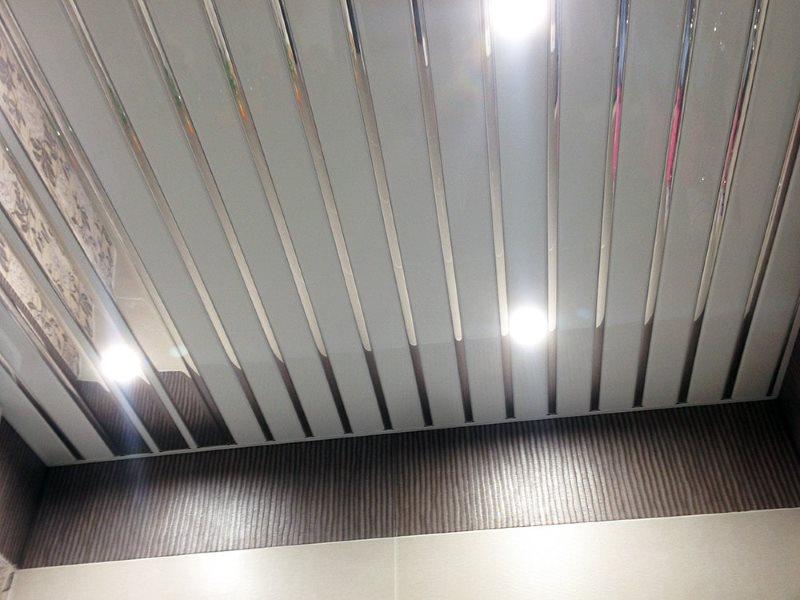 Крашенные рейки алюминиевого подвесного потолка