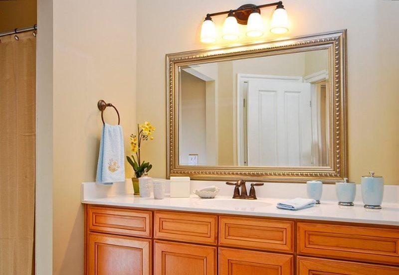 Подсветка зеркала в ванной классического стиля