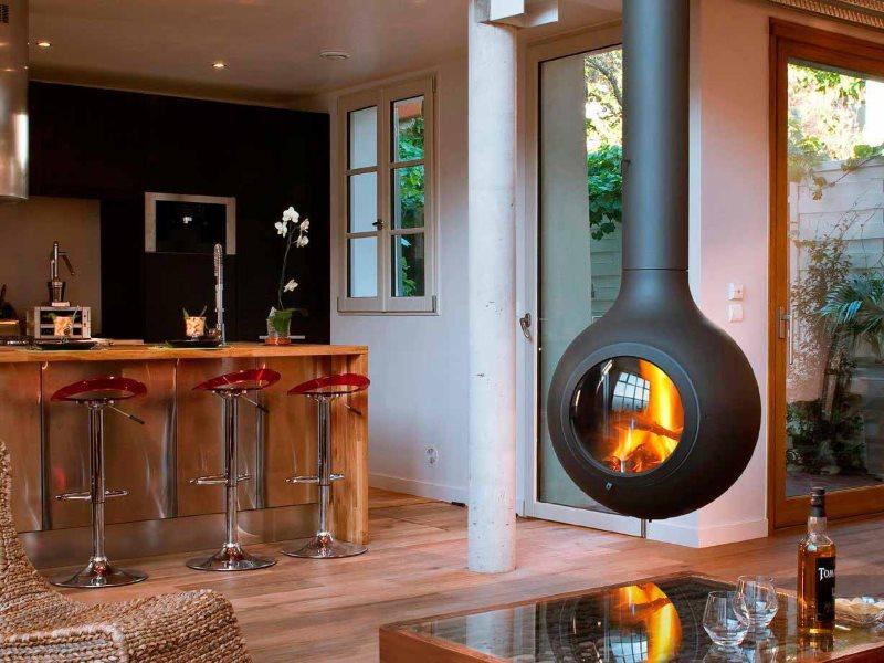 Металлический камин подвесного типа в кухне-гостиной