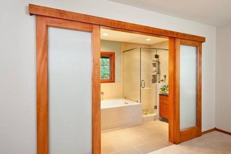 Деревянные раздвижные двери со вставками из матового стекла