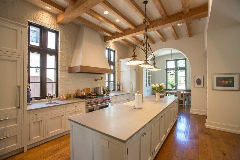 Остров в кухне с дощатым полом