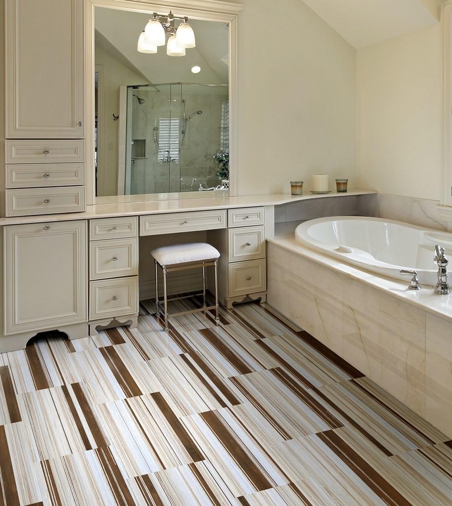 Узкая плитка на теплом полу в ванной комнате