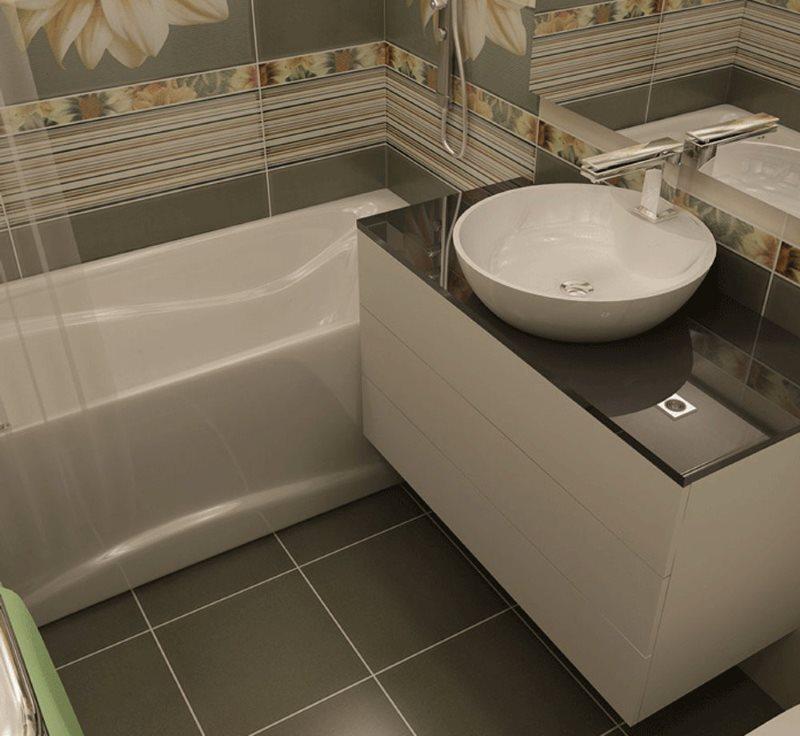 Квадратная плитка на полу в маленькой ванной