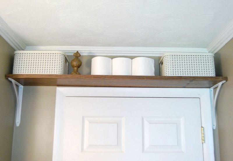 Деревянная полочка над дверью в ванной комнате