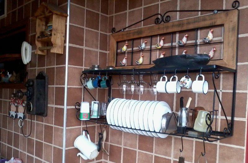 Кованная полка над кухонной мойкой