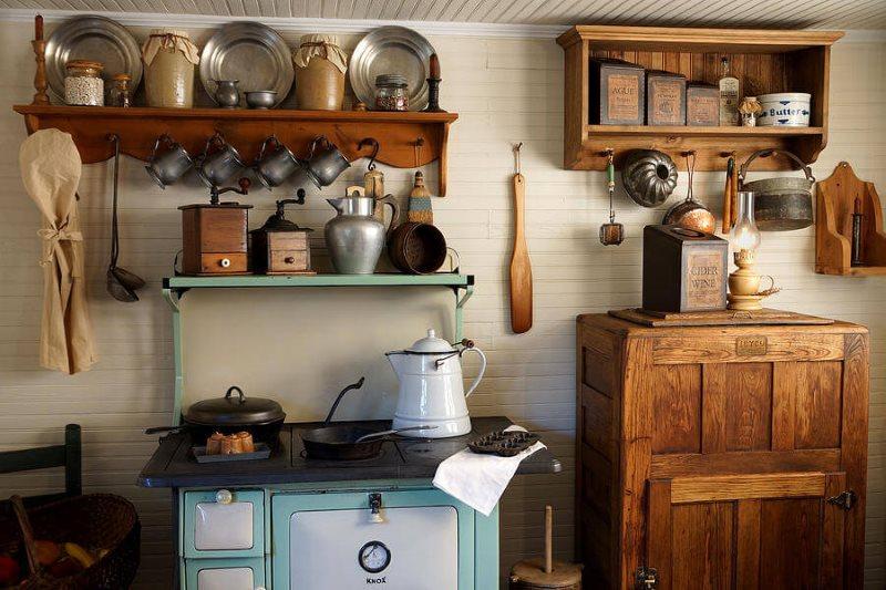 Лакированные деревянные полки на кухне в стиле кантри